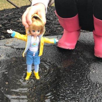 LOTTIE Punčka V dežju