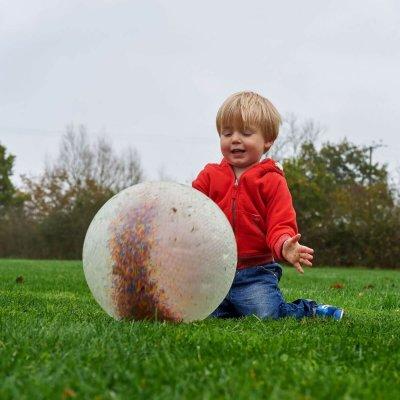 TICKIT Senzorična žoga s svetlečo vsebino